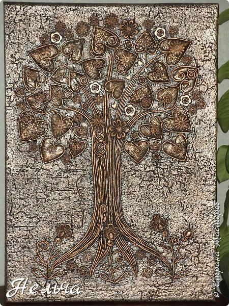 Вот такое Дерево Любви получилось или Сердечное дерево. Размер 40 х 28 см. Ствол и ветки у дерева из салфеточных жгутиков. Все листочки - это сердечки (гофрокартон+обои), обрамленные салфеточными жгутиками и украшенные цветочками из кружев. Также есть цветы из пуговиц и три ягодки - сердечки.  Очень понравился афоризм -   Жизнь без любви подобна дереву без цветов и плодов. (Халиль Джебран) фото 2