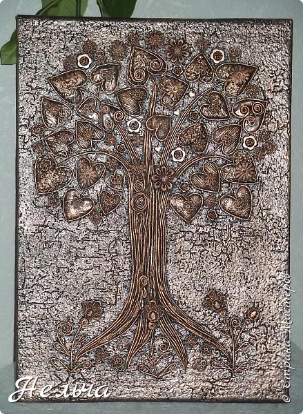 Вот такое Дерево Любви получилось или Сердечное дерево. Размер 40 х 28 см. Ствол и ветки у дерева из салфеточных жгутиков. Все листочки - это сердечки (гофрокартон+обои), обрамленные салфеточными жгутиками и украшенные цветочками из кружев. Также есть цветы из пуговиц и три ягодки - сердечки.  Очень понравился афоризм -   Жизнь без любви подобна дереву без цветов и плодов. (Халиль Джебран) фото 9