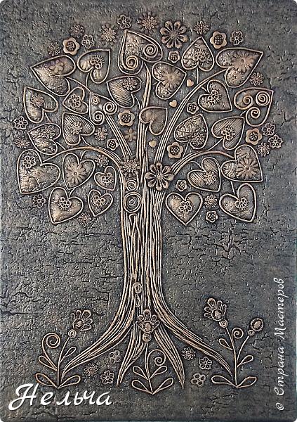 Вот такое Дерево Любви получилось или Сердечное дерево. Размер 40 х 28 см. Ствол и ветки у дерева из салфеточных жгутиков. Все листочки - это сердечки (гофрокартон+обои), обрамленные салфеточными жгутиками и украшенные цветочками из кружев. Также есть цветы из пуговиц и три ягодки - сердечки.  Очень понравился афоризм -   Жизнь без любви подобна дереву без цветов и плодов. (Халиль Джебран) фото 3