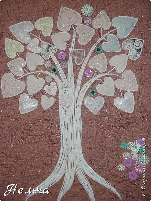 Вот такое Дерево Любви получилось или Сердечное дерево. Размер 40 х 28 см. Ствол и ветки у дерева из салфеточных жгутиков. Все листочки - это сердечки (гофрокартон+обои), обрамленные салфеточными жгутиками и украшенные цветочками из кружев. Также есть цветы из пуговиц и три ягодки - сердечки.  Очень понравился афоризм -   Жизнь без любви подобна дереву без цветов и плодов. (Халиль Джебран) фото 8