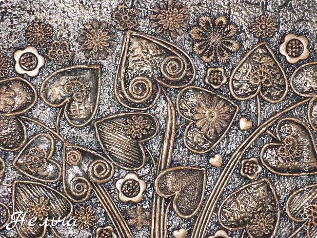 Вот такое Дерево Любви получилось или Сердечное дерево. Размер 40 х 28 см. Ствол и ветки у дерева из салфеточных жгутиков. Все листочки - это сердечки (гофрокартон+обои), обрамленные салфеточными жгутиками и украшенные цветочками из кружев. Также есть цветы из пуговиц и три ягодки - сердечки.  Очень понравился афоризм -   Жизнь без любви подобна дереву без цветов и плодов. (Халиль Джебран) фото 4
