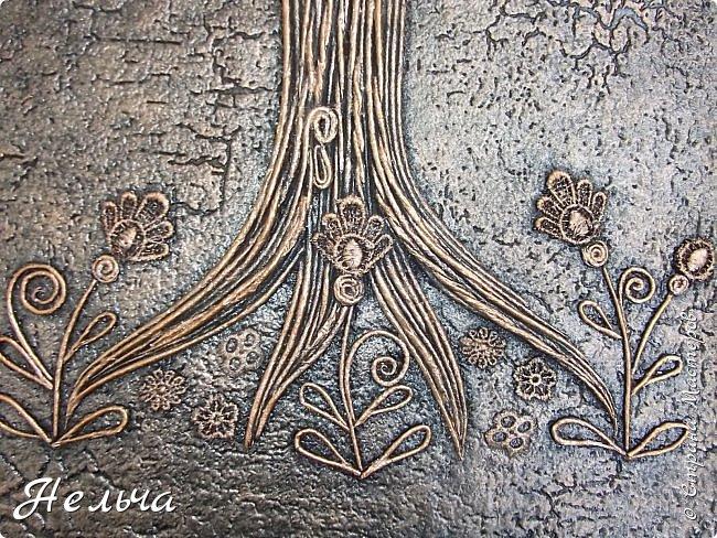 Вот такое Дерево Любви получилось или Сердечное дерево. Размер 40 х 28 см. Ствол и ветки у дерева из салфеточных жгутиков. Все листочки - это сердечки (гофрокартон+обои), обрамленные салфеточными жгутиками и украшенные цветочками из кружев. Также есть цветы из пуговиц и три ягодки - сердечки.  Очень понравился афоризм -   Жизнь без любви подобна дереву без цветов и плодов. (Халиль Джебран) фото 7