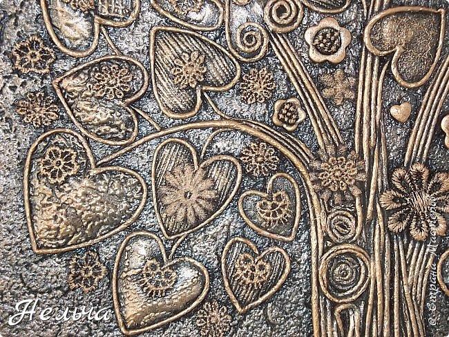 Вот такое Дерево Любви получилось или Сердечное дерево. Размер 40 х 28 см. Ствол и ветки у дерева из салфеточных жгутиков. Все листочки - это сердечки (гофрокартон+обои), обрамленные салфеточными жгутиками и украшенные цветочками из кружев. Также есть цветы из пуговиц и три ягодки - сердечки.  Очень понравился афоризм -   Жизнь без любви подобна дереву без цветов и плодов. (Халиль Джебран) фото 5