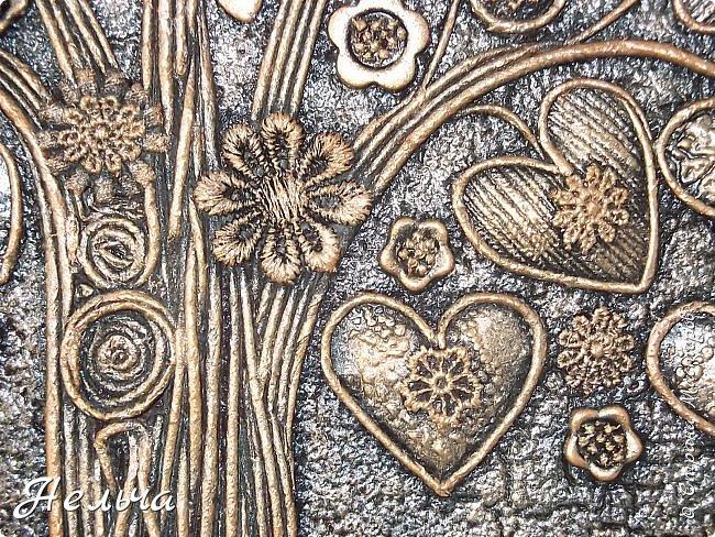 Вот такое Дерево Любви получилось или Сердечное дерево. Размер 40 х 28 см. Ствол и ветки у дерева из салфеточных жгутиков. Все листочки - это сердечки (гофрокартон+обои), обрамленные салфеточными жгутиками и украшенные цветочками из кружев. Также есть цветы из пуговиц и три ягодки - сердечки.  Очень понравился афоризм -   Жизнь без любви подобна дереву без цветов и плодов. (Халиль Джебран) фото 6