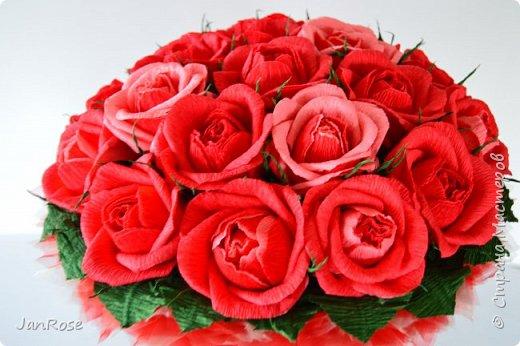 """Здравствуйте, жители и гости Страны! Представляю вашему вниманию свой очередной букет с конфетами, делался на День Рождения для молодой девушки. Просили в красном цвете, но я решила немного разбавить его. Именинница была в восторге)) В букете 19 крупных роз с конфетами """"Осенний вальс"""" фото 2"""