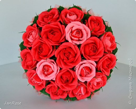 """Здравствуйте, жители и гости Страны! Представляю вашему вниманию свой очередной букет с конфетами, делался на День Рождения для молодой девушки. Просили в красном цвете, но я решила немного разбавить его. Именинница была в восторге)) В букете 19 крупных роз с конфетами """"Осенний вальс"""" фото 1"""
