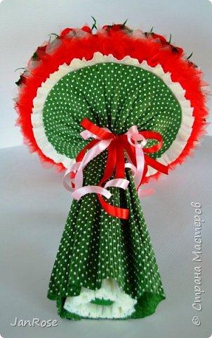 """Здравствуйте, жители и гости Страны! Представляю вашему вниманию свой очередной букет с конфетами, делался на День Рождения для молодой девушки. Просили в красном цвете, но я решила немного разбавить его. Именинница была в восторге)) В букете 19 крупных роз с конфетами """"Осенний вальс"""" фото 4"""