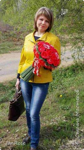 """Здравствуйте, жители и гости Страны! Представляю вашему вниманию свой очередной букет с конфетами, делался на День Рождения для молодой девушки. Просили в красном цвете, но я решила немного разбавить его. Именинница была в восторге)) В букете 19 крупных роз с конфетами """"Осенний вальс"""" фото 5"""