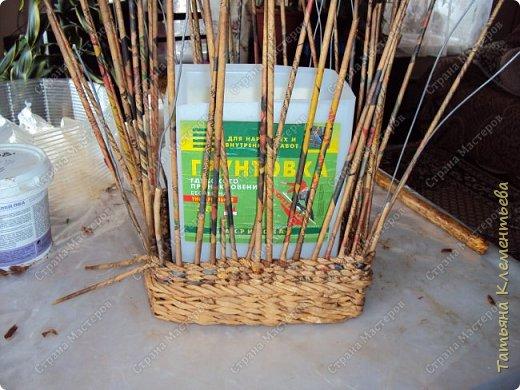 В феврале спилила с яблони ветки, из которых сделала отличные ручки для корзин. Плету настенные кашпо из газетных трубочек. Первое можно посмотреть здесь  http://stranamasterov.ru/node/1095282 Дно сделала из сотового поликарбоната, оставшегося от постройки теплицы. Как плести дно на основе сотового поликарбоната смотри тут http://stranamasterov.ru/node/596573  фото 7