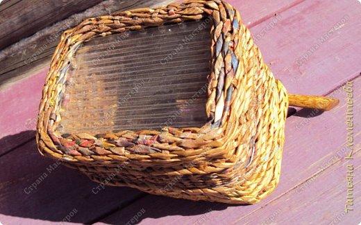 В феврале спилила с яблони ветки, из которых сделала отличные ручки для корзин. Плету настенные кашпо из газетных трубочек. Первое можно посмотреть здесь  http://stranamasterov.ru/node/1095282 Дно сделала из сотового поликарбоната, оставшегося от постройки теплицы. Как плести дно на основе сотового поликарбоната смотри тут http://stranamasterov.ru/node/596573  фото 3