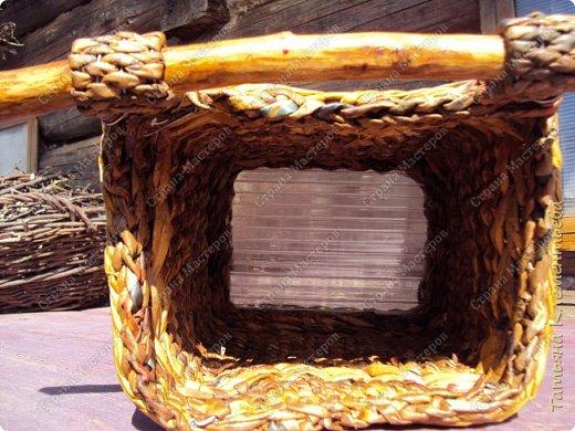 В феврале спилила с яблони ветки, из которых сделала отличные ручки для корзин. Плету настенные кашпо из газетных трубочек. Первое можно посмотреть здесь  http://stranamasterov.ru/node/1095282 Дно сделала из сотового поликарбоната, оставшегося от постройки теплицы. Как плести дно на основе сотового поликарбоната смотри тут http://stranamasterov.ru/node/596573  фото 4