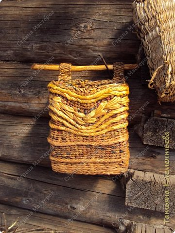 В феврале спилила с яблони ветки, из которых сделала отличные ручки для корзин. Плету настенные кашпо из газетных трубочек. Первое можно посмотреть здесь  http://stranamasterov.ru/node/1095282 Дно сделала из сотового поликарбоната, оставшегося от постройки теплицы. Как плести дно на основе сотового поликарбоната смотри тут http://stranamasterov.ru/node/596573  фото 5