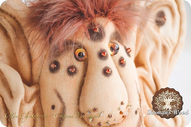 Инопланетные шаманы из племени ЗибаЗуб, обитающие на Рыжей планете в галактике Светящееся облако. На Земле выполняют обязанности бесстрашных защитников сновидений от подкроватных, вшкафных, заугольных и прочих ночных монстров:) Полностью ручное окрашивание ткани, вышивка, стеклянные глазки, у шаманок реснички:)  Шаманка Лунных вод  фото 11