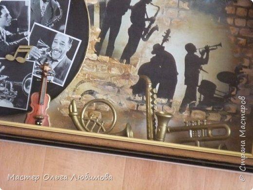 """Это моя вторая работа на тему """"Джаз"""". В этот раз я выбрала новую композицию с использованием миниатюрных музыкальных инструментов и граммофона. А на настоящей виниловой пластинке размещены фотографии известных исполнителей джаза: Фрэнк Синатра, Би Би Кинг, Луи Армстронг, Элла Фицджеральд, Мэрилин Монро, Дюк Эллингтон, Чарли Паркер, Джордж Гершвин. При декорировании использованы элементы декупажа, техники миксмедиа, трафареты. Работа оформлена красивой и стильной рамочкой и антибликовым стеклом. Думаю, что такая работа будет интересна , в первую очередь тем, кто любит джаз. И конечно же не менее интересна и тем, кто любит украшать интерьер своего дома оригинальными и стильными предметами. С обратной стороны имеется крепление для стены.  фото 3"""
