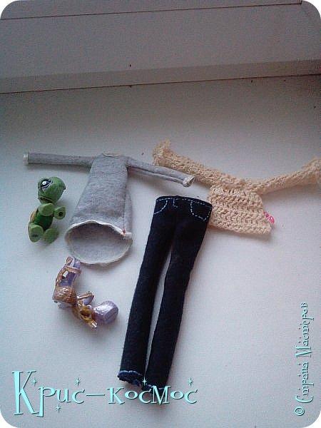 Всем привет! Сегодня мы сдаем работу на конкурс http://stranamasterov.ru/node/1093995?tid=2174 Для конкурса я сделала джинсы, тунику и блузку. Ну и намаялась я с этими нарядами! То нет вдохновения, то понимаю, что то, что я сшила, не подходит кукле. Но потом и вдохновение, и желание делать появились. Шила, и связала я все это три дня.  Кстати, тунику я не просто так сделала. Недавно у мамы появилась такая, и я решила сделать копию. Правда, в оригенале по краям не обшито лентой, но мне показалось, так аккуртнее.  Ладно, заболталась. Давайте смотреть работу. фото 28