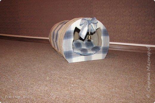 Домик  для нашего домашнего любимца - кота Бони. Домик выполнен из слоев картона и натуральной ткани, внутри-сьемный, мягкий коврик, у входа-колокольчик который при желании можно снять. фото 2