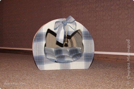 Домик  для нашего домашнего любимца - кота Бони. Домик выполнен из слоев картона и натуральной ткани, внутри-сьемный, мягкий коврик, у входа-колокольчик который при желании можно снять. фото 1