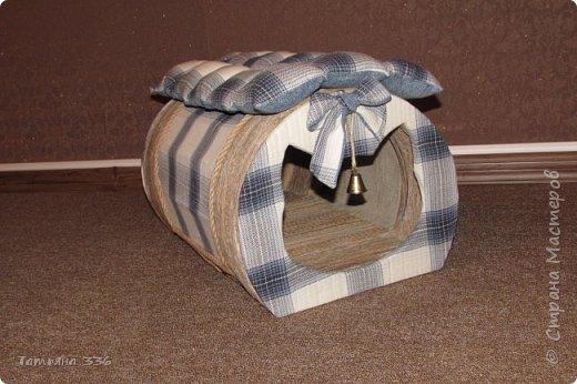 Домик  для нашего домашнего любимца - кота Бони. Домик выполнен из слоев картона и натуральной ткани, внутри-сьемный, мягкий коврик, у входа-колокольчик который при желании можно снять. фото 4