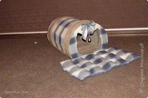 Домик  для нашего домашнего любимца - кота Бони. Домик выполнен из слоев картона и натуральной ткани, внутри-сьемный, мягкий коврик, у входа-колокольчик который при желании можно снять. фото 5