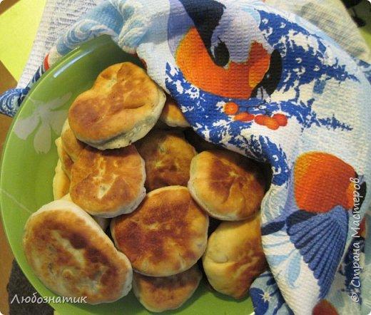 Добрый вечер жители Страны Мастеров! Весна пришла, щавель вылез, можно печь и пирожки с зеленой начинкой.   Рецепт теста очень удачный и универсальный для выпекания пирожков с любой начинкой  Для теста:  0,5 л молока (лучше теплого) 1 чайная ложка дрожжей 2 столовые ложки подсолнечного масла соль по вкусу 1 столовая ложка сахара мука Замесить тесто и дать постоять 1,5-2 часа  фото 1