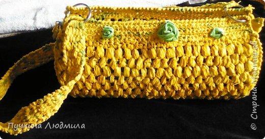 Сумка связана крючком из полиэтиленовых пакетов магазина Мария-Ра (вид спереди), розочки из узких атласных ленточек.... фото 1