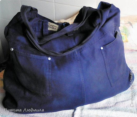 Сумка связана крючком из полиэтиленовых пакетов магазина Мария-Ра (вид спереди), розочки из узких атласных ленточек.... фото 4