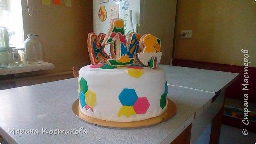 """Здравствуйте,дорогие соседи! Решила поделиться тортиком, который приготовила для сынишки моих друзей. Ему исполняется один год. Торт украшен мастикой и сахарным печеньем, покрытым глазурью. Внутри торт """"Клубничный поцелуй"""". Рецепт приводила ранее. фото 1"""