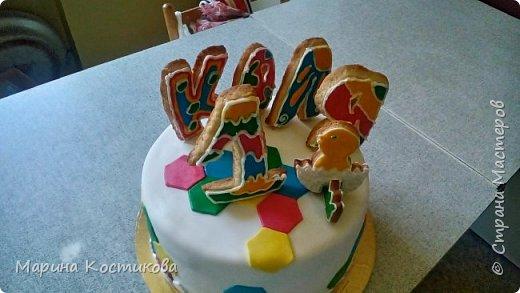 """Здравствуйте,дорогие соседи! Решила поделиться тортиком, который приготовила для сынишки моих друзей. Ему исполняется один год. Торт украшен мастикой и сахарным печеньем, покрытым глазурью. Внутри торт """"Клубничный поцелуй"""". Рецепт приводила ранее. фото 2"""