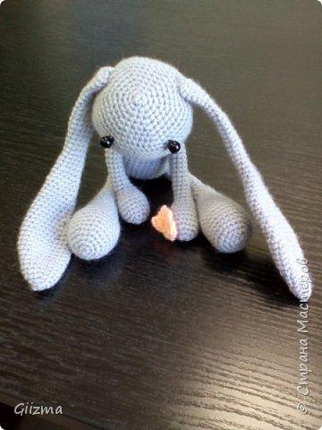 Добрый день!  Хочу поделиться с вами двумя новыми игрушками-амигуруми. Первый - зайка-печалька, я влюбилась в него сразу, как увидела схему в интернете, и вот он появился на свет :)  К сожалению, не могу указать автора МК - попросту не знаю, чье это, схему нашла в открытом доступе в Инете.  Спасибо автору за замечательного зайку! фото 3