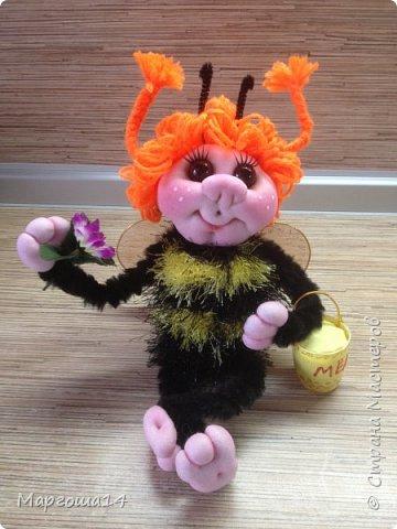 Привет,Страна Мастеров!!! Сегодня я к вам пришла с семейкой пчёл. Тельца пчёлок связаны из пряжи-травка.Ручки-ножки из проволоки,которая обмотана полосками искусственного меха,можно сгибать-разгибать,как захочешь. Рост пчёлок(без ножек) от 20 см до 14 см. фото 6