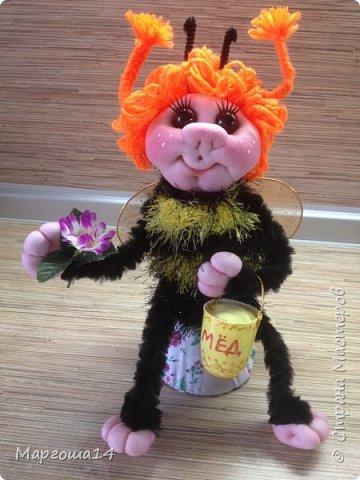 Привет,Страна Мастеров!!! Сегодня я к вам пришла с семейкой пчёл. Тельца пчёлок связаны из пряжи-травка.Ручки-ножки из проволоки,которая обмотана полосками искусственного меха,можно сгибать-разгибать,как захочешь. Рост пчёлок(без ножек) от 20 см до 14 см. фото 7