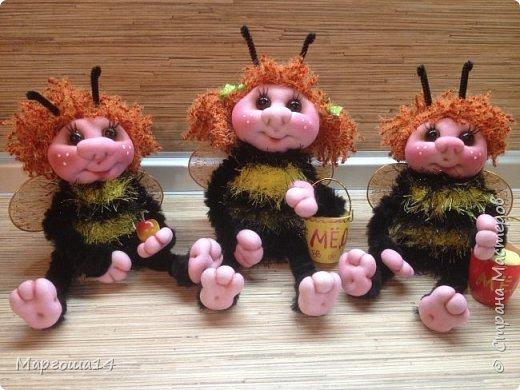 Привет,Страна Мастеров!!! Сегодня я к вам пришла с семейкой пчёл. Тельца пчёлок связаны из пряжи-травка.Ручки-ножки из проволоки,которая обмотана полосками искусственного меха,можно сгибать-разгибать,как захочешь. Рост пчёлок(без ножек) от 20 см до 14 см. фото 8