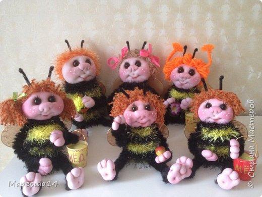 Привет,Страна Мастеров!!! Сегодня я к вам пришла с семейкой пчёл. Тельца пчёлок связаны из пряжи-травка.Ручки-ножки из проволоки,которая обмотана полосками искусственного меха,можно сгибать-разгибать,как захочешь. Рост пчёлок(без ножек) от 20 см до 14 см. фото 1