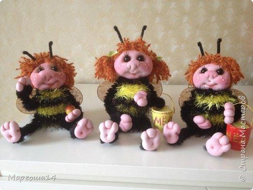 Привет,Страна Мастеров!!! Сегодня я к вам пришла с семейкой пчёл. Тельца пчёлок связаны из пряжи-травка.Ручки-ножки из проволоки,которая обмотана полосками искусственного меха,можно сгибать-разгибать,как захочешь. Рост пчёлок(без ножек) от 20 см до 14 см. фото 10