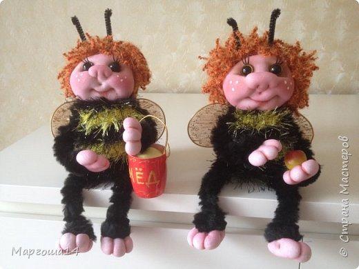 Привет,Страна Мастеров!!! Сегодня я к вам пришла с семейкой пчёл. Тельца пчёлок связаны из пряжи-травка.Ручки-ножки из проволоки,которая обмотана полосками искусственного меха,можно сгибать-разгибать,как захочешь. Рост пчёлок(без ножек) от 20 см до 14 см. фото 11