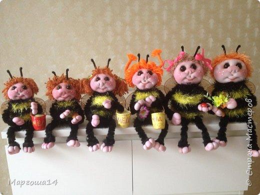 Привет,Страна Мастеров!!! Сегодня я к вам пришла с семейкой пчёл. Тельца пчёлок связаны из пряжи-травка.Ручки-ножки из проволоки,которая обмотана полосками искусственного меха,можно сгибать-разгибать,как захочешь. Рост пчёлок(без ножек) от 20 см до 14 см. фото 12