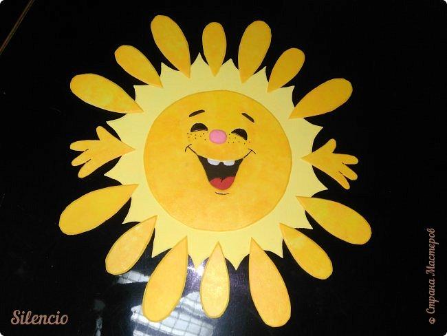 """На днях в нашей музыкальной школе проходил фестиваль """"Великоднє сонечко"""".  Вот такое солнышко встречало гостей в нашем зале.  Это я его пока еще не закрепила на стене. Лежит на рояле и радуется)))) фото 1"""