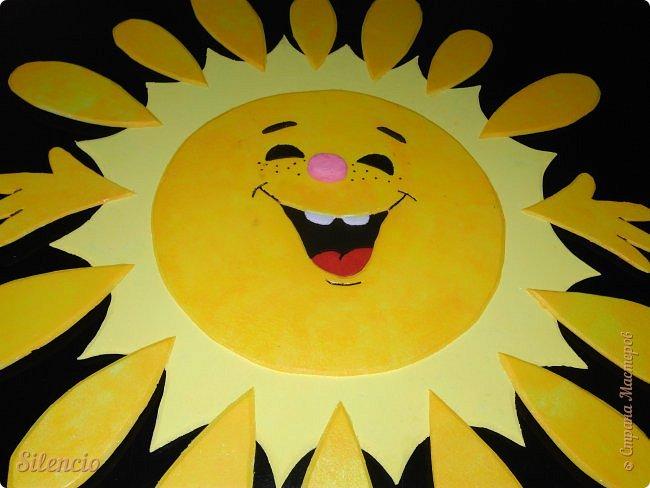 """На днях в нашей музыкальной школе проходил фестиваль """"Великоднє сонечко"""".  Вот такое солнышко встречало гостей в нашем зале.  Это я его пока еще не закрепила на стене. Лежит на рояле и радуется)))) фото 2"""