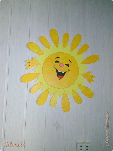 """На днях в нашей музыкальной школе проходил фестиваль """"Великоднє сонечко"""".  Вот такое солнышко встречало гостей в нашем зале.  Это я его пока еще не закрепила на стене. Лежит на рояле и радуется)))) фото 3"""