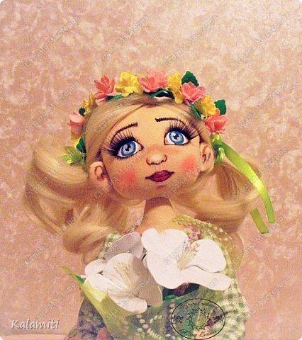 """Всем привет :) хочу поделиться своей первой куколкой! :) Вот такая девочка у меня появилась. Зовут Веснушка (Веснушечка) :)) Да у неё нет веснушек на носу, но имя было дано потому, что это весенняя солнечная девочка, """"родившаяся"""" весной :) Она немножко неказистая, чуть-чуть несовершенная, но такая милая, мечтательная и, приносящая столько позитива, что не любить её невозможно :) Скоро чудесная малышка, будет жить у другой """"мамы"""" и очень надеюсь, она будет любить её так же как и я :) фото 2"""