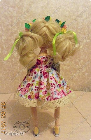 """Всем привет :) хочу поделиться своей первой куколкой! :) Вот такая девочка у меня появилась. Зовут Веснушка (Веснушечка) :)) Да у неё нет веснушек на носу, но имя было дано потому, что это весенняя солнечная девочка, """"родившаяся"""" весной :) Она немножко неказистая, чуть-чуть несовершенная, но такая милая, мечтательная и, приносящая столько позитива, что не любить её невозможно :) Скоро чудесная малышка, будет жить у другой """"мамы"""" и очень надеюсь, она будет любить её так же как и я :) фото 4"""