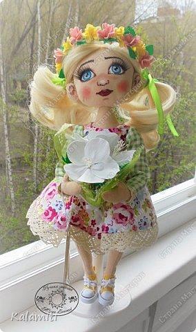 """Всем привет :) хочу поделиться своей первой куколкой! :) Вот такая девочка у меня появилась. Зовут Веснушка (Веснушечка) :)) Да у неё нет веснушек на носу, но имя было дано потому, что это весенняя солнечная девочка, """"родившаяся"""" весной :) Она немножко неказистая, чуть-чуть несовершенная, но такая милая, мечтательная и, приносящая столько позитива, что не любить её невозможно :) Скоро чудесная малышка, будет жить у другой """"мамы"""" и очень надеюсь, она будет любить её так же как и я :) фото 5"""
