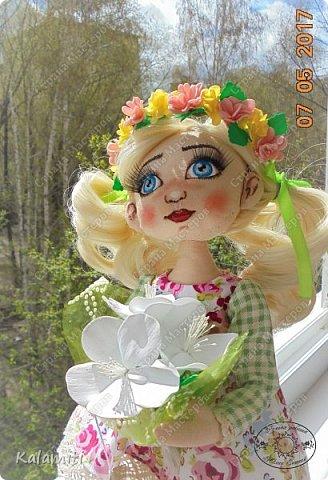"""Всем привет :) хочу поделиться своей первой куколкой! :) Вот такая девочка у меня появилась. Зовут Веснушка (Веснушечка) :)) Да у неё нет веснушек на носу, но имя было дано потому, что это весенняя солнечная девочка, """"родившаяся"""" весной :) Она немножко неказистая, чуть-чуть несовершенная, но такая милая, мечтательная и, приносящая столько позитива, что не любить её невозможно :) Скоро чудесная малышка, будет жить у другой """"мамы"""" и очень надеюсь, она будет любить её так же как и я :) фото 6"""