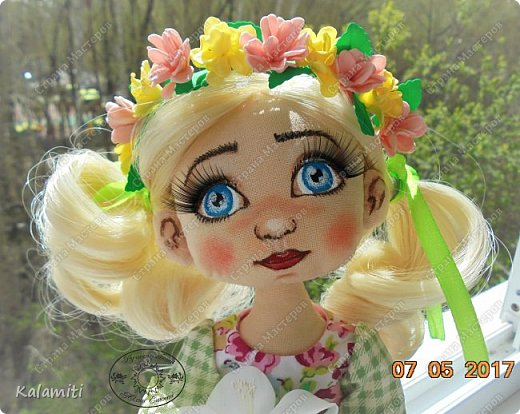 """Всем привет :) хочу поделиться своей первой куколкой! :) Вот такая девочка у меня появилась. Зовут Веснушка (Веснушечка) :)) Да у неё нет веснушек на носу, но имя было дано потому, что это весенняя солнечная девочка, """"родившаяся"""" весной :) Она немножко неказистая, чуть-чуть несовершенная, но такая милая, мечтательная и, приносящая столько позитива, что не любить её невозможно :) Скоро чудесная малышка, будет жить у другой """"мамы"""" и очень надеюсь, она будет любить её так же как и я :) фото 7"""