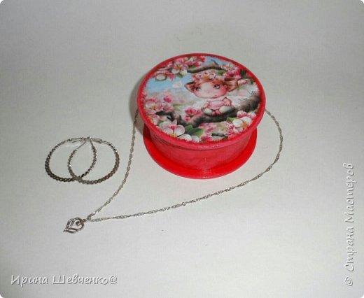 Шкатулки из туб от скотча или можно использовать многослойное папье-маше, декупаж из распечатки на офисной бумаге, краски, лак. фото 11