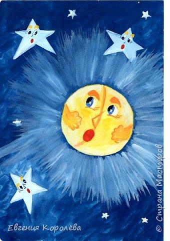 Сказка о том, как Солнце и Месяц друг к другу в гости ходили  Встретились однажды на рассвете два добрых приятеля – Солнце и Месяц. Солнце в ту пору как раз на свою дневную работу шло – спешило поскорее всю землю обогреть и ото сна пробудить, Месяц же после своей ночной службы усталый домой возвращался – целую ночь он пути-дороги освещал, чтобы припозднившиеся прохожие в темноте не заблудились.  Обрадовались приятели встречи – давненько ведь они друг с другом не виделись - соскучились. Хочется им меж собой поговорить, о том да о сём друг друга расспросить, у кого, что новенького узнать. Но только вот экая незадача вышла у них – времени у обоих друзей ну ни минуточки свободной нет, каждому по своим делам торопиться надобно.  Так и получилось – не успели приятели свидеться, а им уже и расставаться приходится. Обидно даже! И как тут быть? - Знаешь что, приятель Месяц? – сказало Солнце Месяцу. – Приходи-ка ты как-нибудь на днях ко мне в гости. Посидим, чаю попьём, никуда спешить не будем – наговоримся уж тогда с тобою верно вдоволь. - Спасибо тебе за приглашение, приятель Солнышко, - ответил Месяц Солнцу. – Как ты это славно придумало! Непременно приду. - А я тогда специально для тебя твоих любимых пирогов испеку, - пообещало Солнце Месяцу.   Распрощались приятели до поры до времени и отправились дальше по своим делам – каждый своей дорогой. фото 3