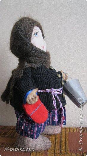Добрый день!Решила показать свою работу.Попробовала сделать кукол,Усть-Цилема староверы в повседневной одежде.Техника грунтованный текстиль.Что то взяла с мастер классов Анастасии Голеневой .Валенки сваляла сама.Ведра сделала из картона.Топор из ткани. фото 2