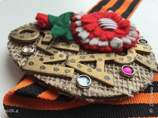 """Магнит. Основа деревянная заготовка """"Яйцо"""". Размер 9х7 см. Декор : мешковина; фетровая самодельная гвоздика с бутоном; картонные буквы, тонированные бронзовым акрилом; и металические стразы. фото 2"""