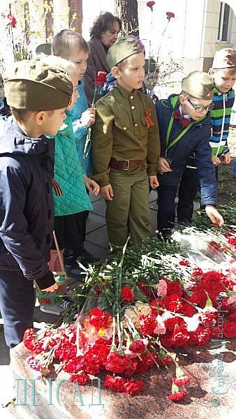 Ежегодно ко Дню Победы, обучающиеся возлагают цветы к памятнику погибшим участникам Великой Отечественной войны. фото 4