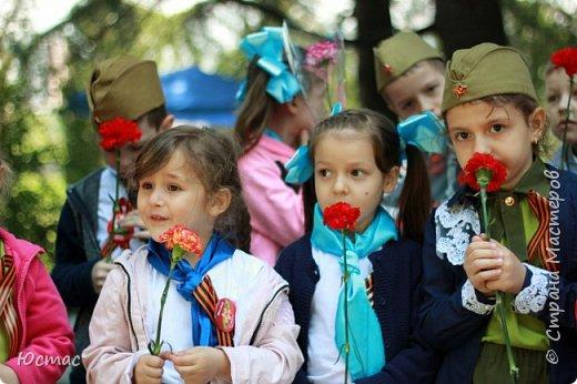 Долгая память у нашего народа. Ещё лет 40 назад западные европейцы нам советовали: «Пора забыть. Сколько лет прошло!» А мы помним эту войну как – будто сами там были все эти 1418 дней и ночей. Так всё живо, так всё больно. Страна плачет, начиная с 22 июня 1941 года. А с 9 мая 1945 года – празднует и плачет. Мы выстояли, мы победили! Очень важно воспитывать следующее поколение помнящим, сострадающим, знающим фото 3